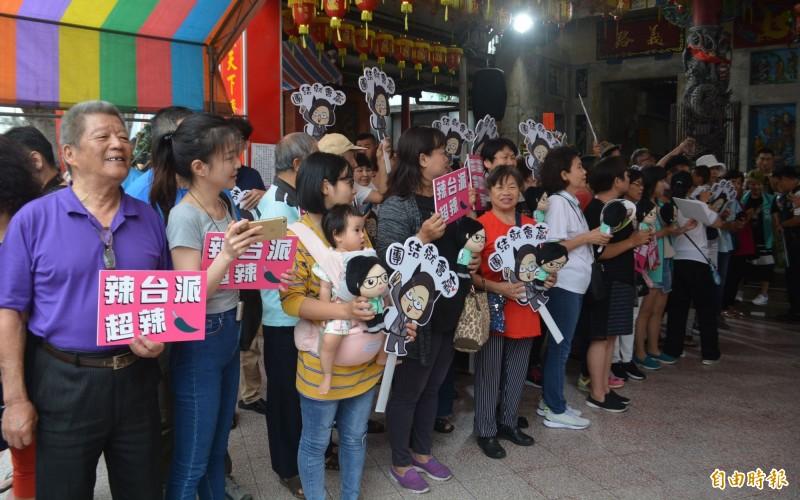 蔡英文總統今天上午前往台中大里新興宮媽祖廟參拜,數百位支持者拿著小英娃娃、辣台派手牌到場相挺。(記者陳建志攝)