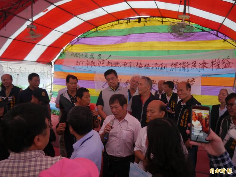 台中港外港區圍堤造地計畫第二次環評公開說明會,場面混亂。(記者張軒哲攝)