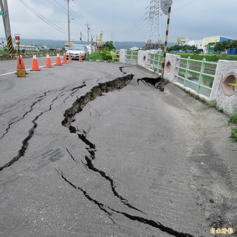 龍井大排旁觀光路一處避車道出現裂縫,甚至已擴大成塌陷,水利局將緊急補強。(記者蘇金鳳攝)