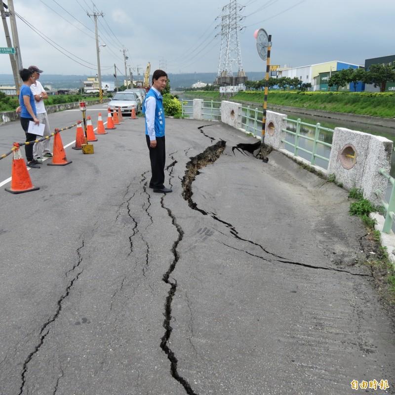 龍井大排旁觀光路一處避車道出現裂縫,甚至已擴大成塌陷。(記者蘇金鳳攝)