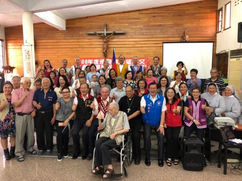 奉獻台灣幼教54年的花蓮傅若望神父,在教友見證下,今領到身分證,已規化台灣人的瑞士籍雷震華神父(輪椅者)也出席頒證典禮。(記者王峻祺翻攝)