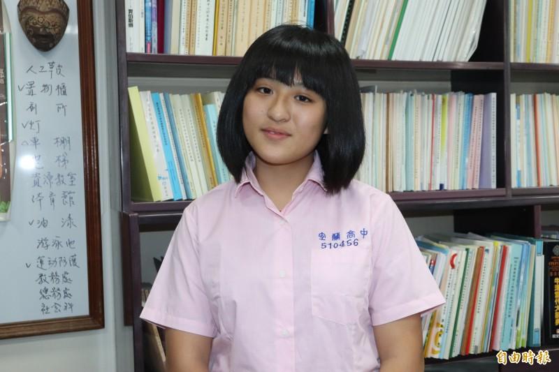 考上台大外文系的林芯嫚說,她原本的目標其實是企管,但因為未來想從事國際貿易工作,家賞本來對語言也有興趣,才選擇先念外文。(記者林敬倫攝)