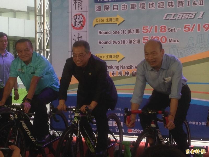 韓國瑜(右)為2019台灣盃國際自由車場地經典賽宣傳,會後受訪痛批監察權干涉調查權。(記者黃旭磊攝)