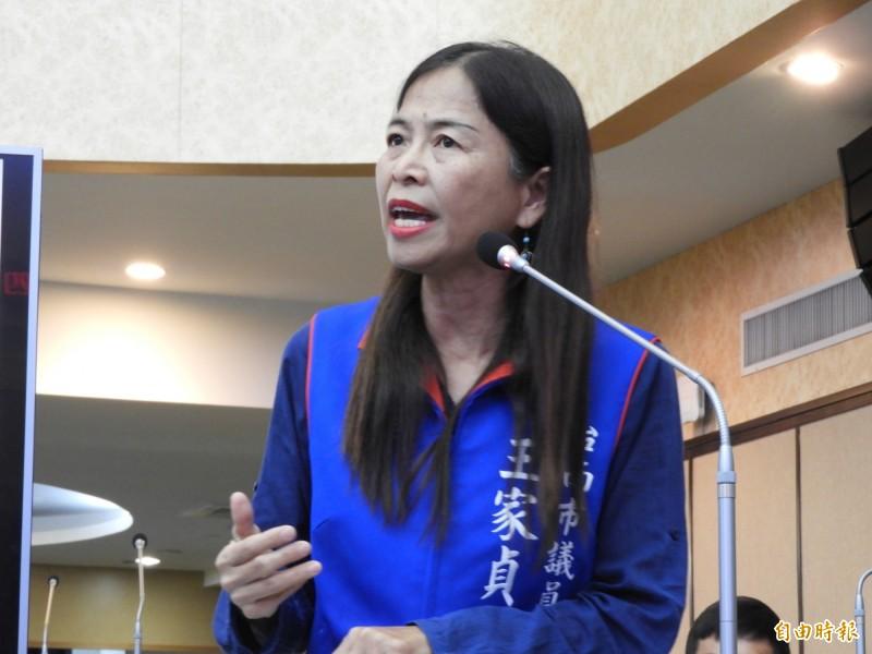 南市國民黨議員王家貞質疑台南市長黃偉哲上任4個月爭取兆元投資是「假新聞」。(記者洪瑞琴攝)