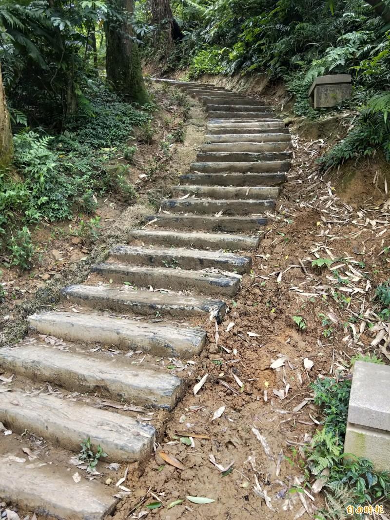 基隆市第一高峰姜子寮山步道,基隆市政府去年爭取經費整修,不料,施工排水不良、還有山友反映,水泥枕木走起來很硬會痛。(記者俞肇福攝)