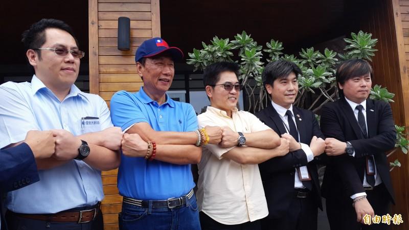 郭台銘(左2)下午與台東中小企業主合照。(記者黃明堂攝)