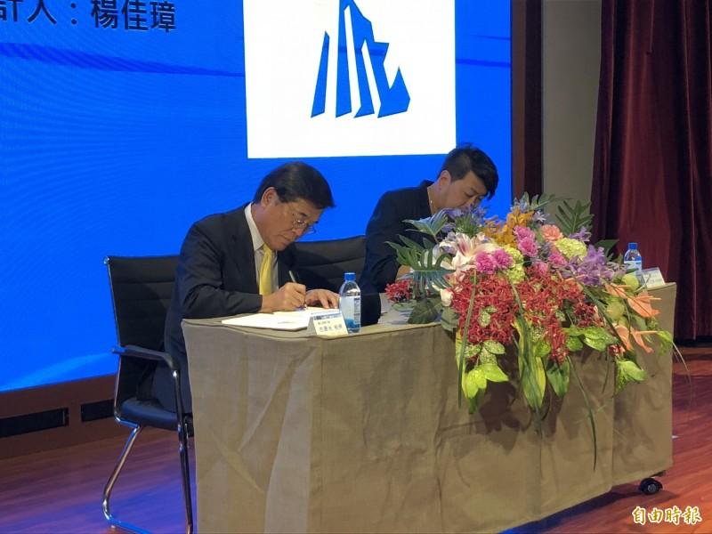 屏東大學古源光校長(左)與原創作者楊佳璋設計師(右)簽署合約,追溯承認校徽合法使用。(記者羅欣貞攝)