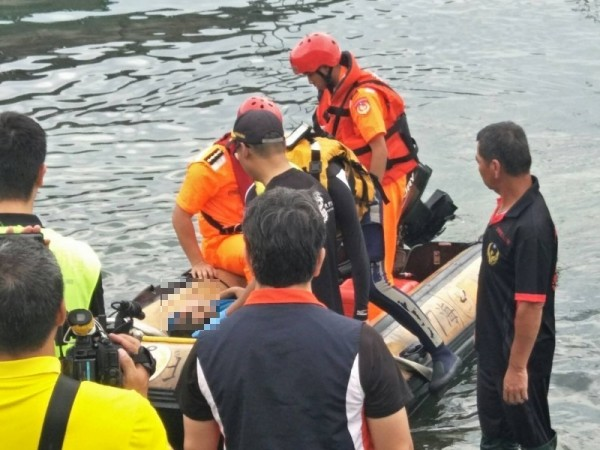 消防及岸巡隊員合力將患者搬運上岸救援(記者吳昇儒翻攝)