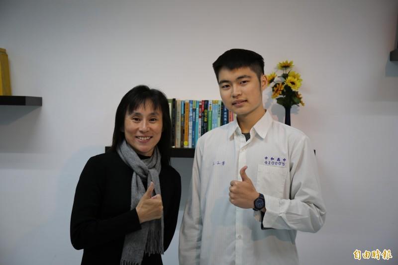 中和高中校長柯雅菱肯定王子睿戰勝血癌,奮發向上的決心。(記者翁聿煌攝)