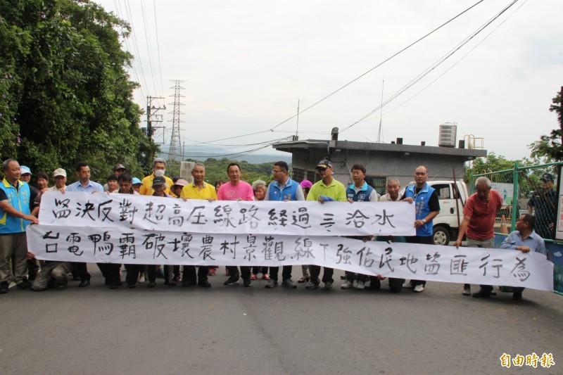 逾50名居民到場抗議。(記者許倬勛攝)