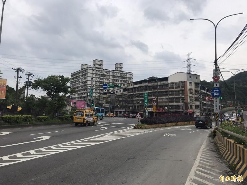 公路總局為改善基金公路假日塞車問題,短期將先把台2線55、56公里瓶頸路段的中央分隔島打除,讓往基隆方向可增加1車道,預計7月完成設計,年底前完工。(記者林欣漢攝)