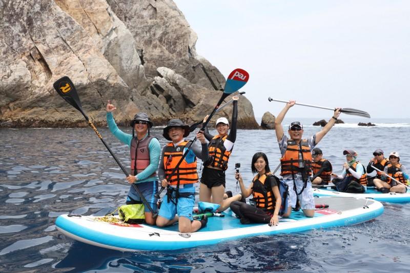 蘇澳鎮長李明哲(左2)今天帶團探索烏岩角。(水行者俱樂部提供)