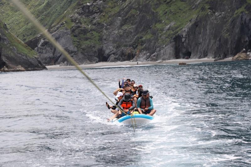 一行人乘坐充氣式衝浪板悠遊海面。(水行者俱樂部提供)