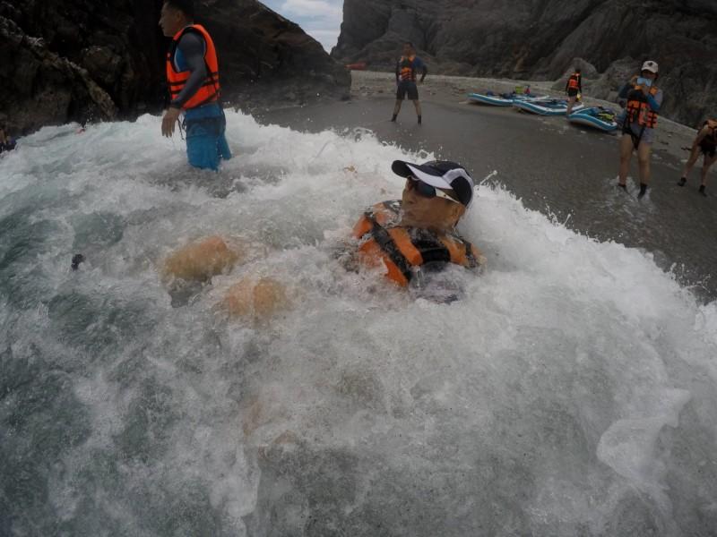 烏岩角海域戲水是一大享受。(水行者俱樂部提供)