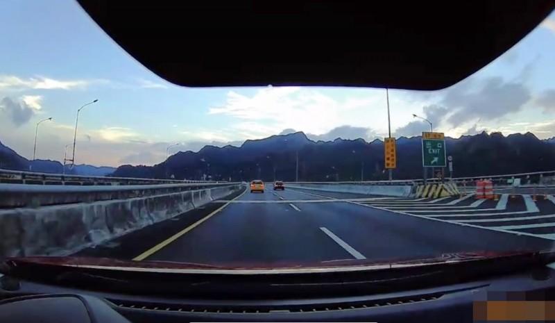 小黃原開在內側車道。(圖擷自國道七隊提供的影片)
