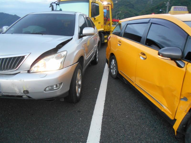 無辜追撞的車子和被撞的小黃都受損。(國道七隊提供)