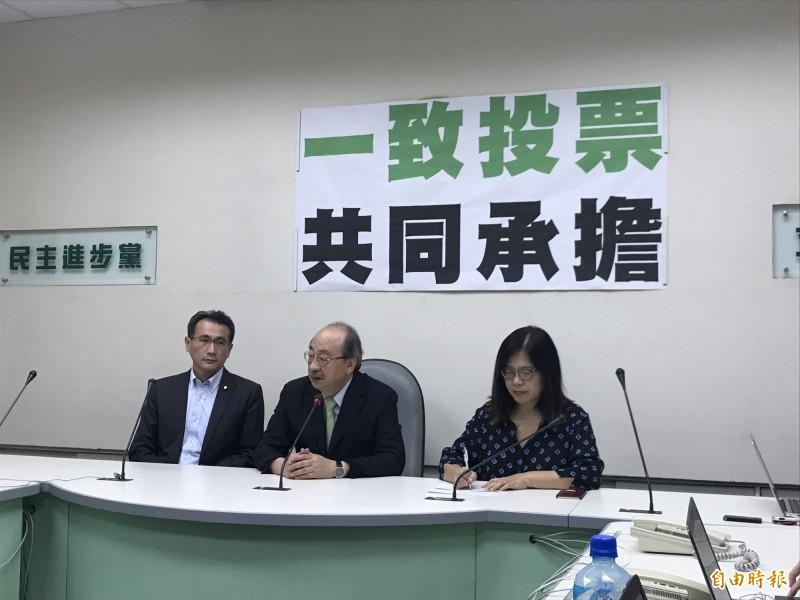 民進黨團幹部召開記者會說明。(記者蘇芳禾攝)