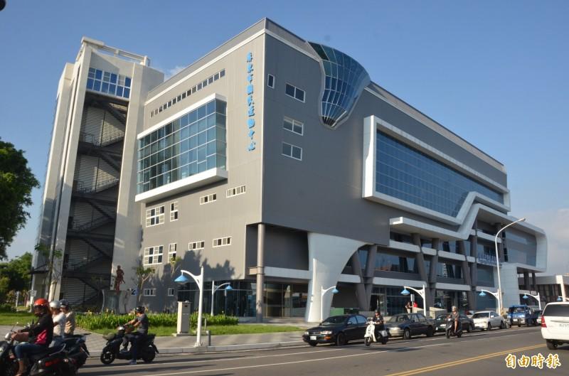 屏東市國民運動中心再傳「攝狼」,讓市長林恊松相當震怒。(記者葉永騫攝)