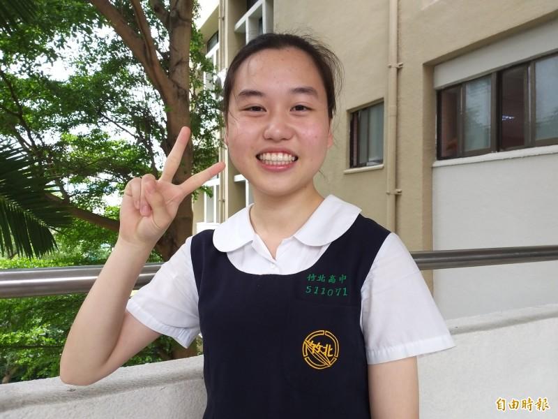 國立竹北高中學生陳彥蓉因出國比賽橋牌得名,高一即獲得保送政大統計學系的資格,但她決定改念大學個人申請錄取的台大公衛系,希望為促進全民健康盡一己之力。(記者廖雪茹攝)