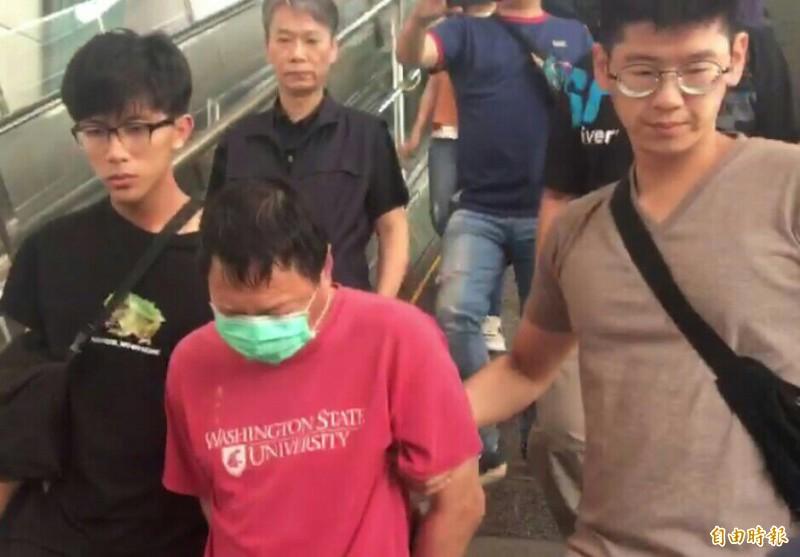 高市包裹爆炸案女嫌收押禁見,男嫌自台北汐止押回高偵訊中。(記者張忠義攝)