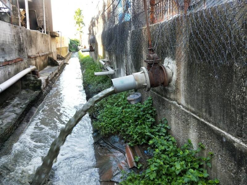畜牧場涉偷排廢水遭查獲。(圖由屏東縣環保局提供)