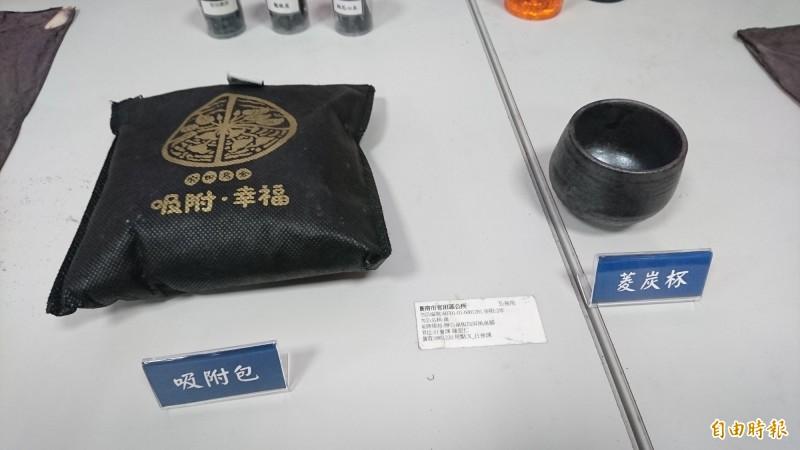 「烏金」菱殼炭商品化,有吸附包、菱炭杯、菱炭米等產品。(記者楊金城攝)