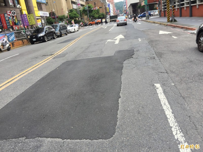 市府前的義一路路面被形容為「貼膏藥」(記者盧賢秀攝)