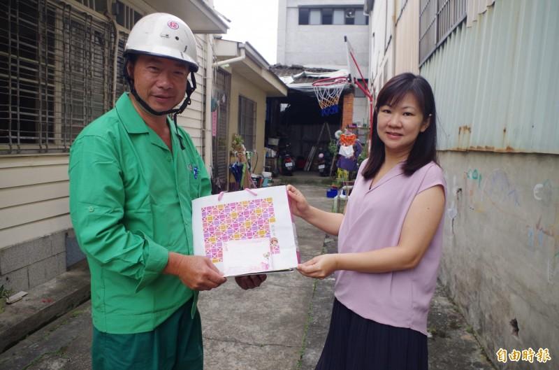 嘉義郵局投遞士張志生(左)將沒寫門牌號碼的母親節明信片送到女童媽媽手中,讓女童媽媽感到很驚喜。(記者王善嬿攝)