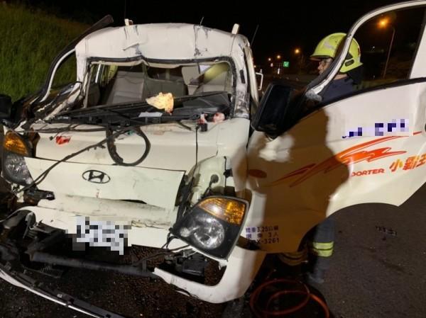 小貨車車頭凹陷毀損,駕駛受困車內,消防隊破壞車門將他救出。(記者鄭名翔翻攝)