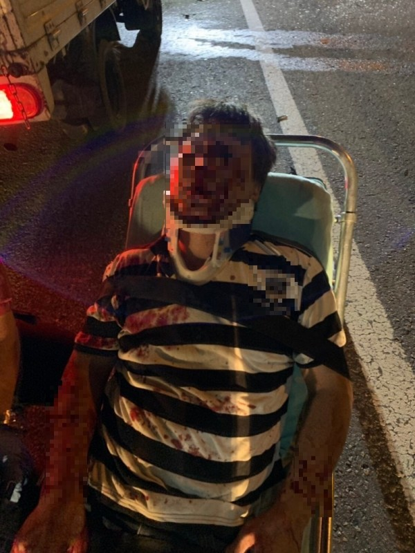 駕駛滿臉鮮血,全身多處撕裂傷送醫搶救。(記者鄭名翔翻攝)
