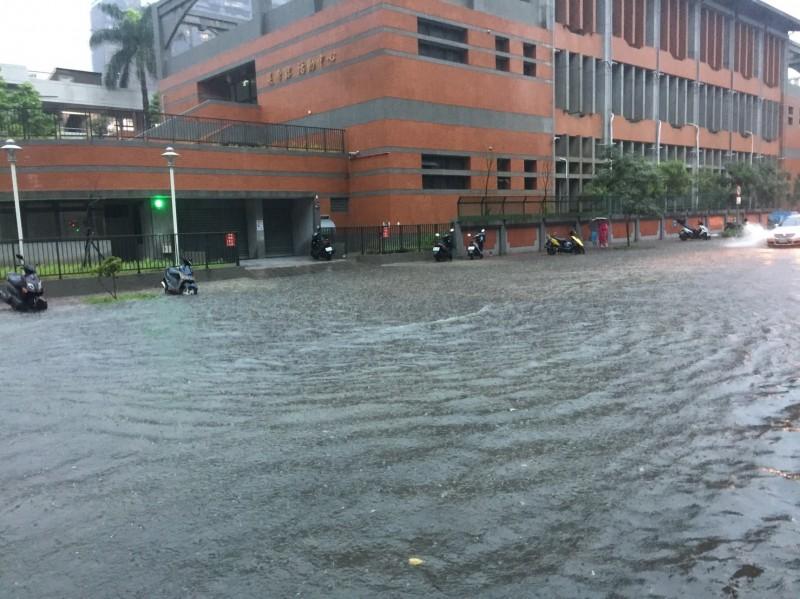 比颱風雨更狂!新竹地區一晚的爆雨狂炸,讓市區多處積水,包括護城河都已達滿水位,市區地下道幾乎全封閉,很多人都說有被這場雨嚇到。(照片讀者提供)