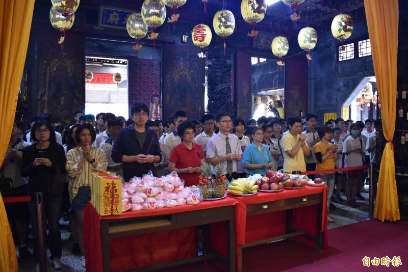 台南市私立港明高中上午由校長劉春福帶領國中部三年級約450位學生,前往西港慶安宮參拜祈福。(記者楊金城攝)