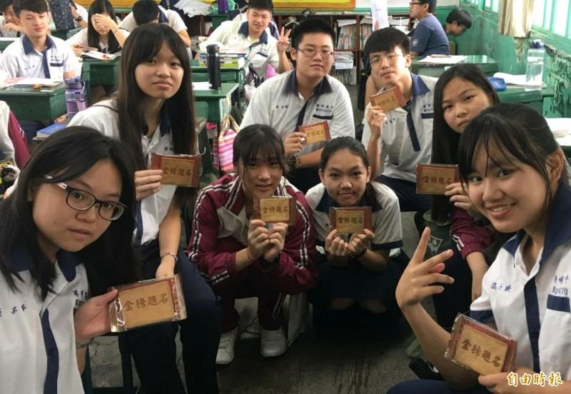 學生展示「金榜題名煎餅」,捨不得吃。(記者楊金城攝)