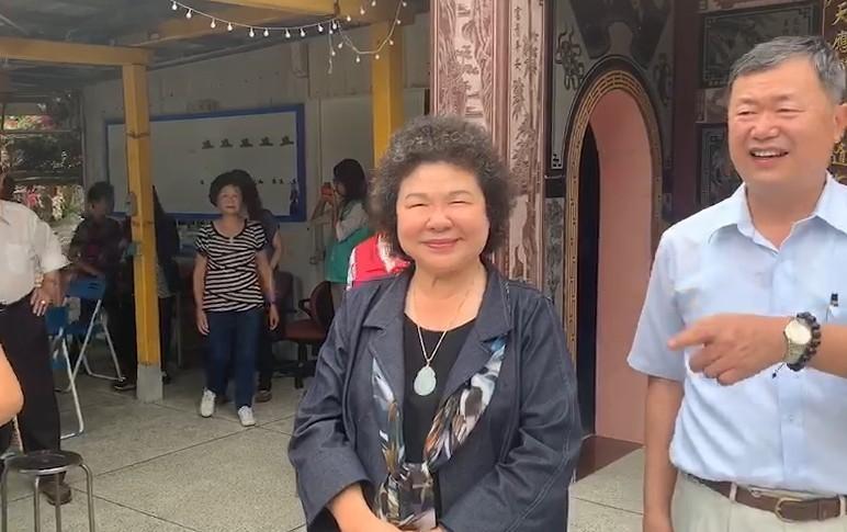 總統府秘書長陳菊今代表總統訪花蓮,感謝地方和黨員長期的支持,在行政院東部聯合服務中心執行長許傳盛陪同下,到富里鄉和民眾會面。(記者王峻祺翻攝)