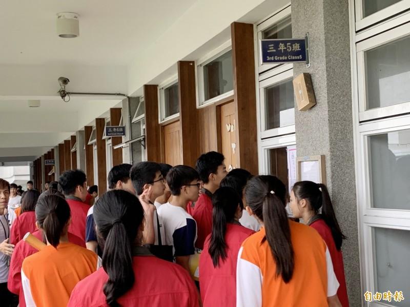 國中教育會考暨大附中考場,下午湧入考生看試場。(記者陳鳳麗攝)