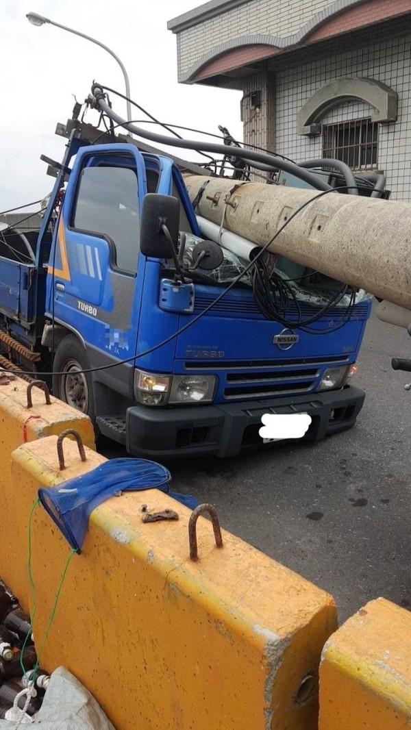 斷裂電桿將小貨車車頭壓毀。(讀者提供)