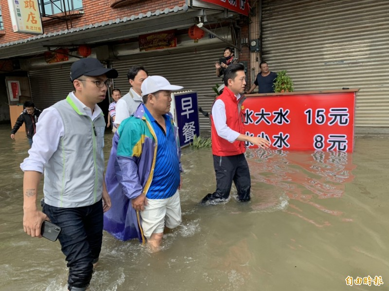 新竹市今天從凌晨5點到10點降下210毫米的致災雨量,市長林智堅第一時間就成立災害應變中心,到各地勘災,涉水了解淹水原因。(記者洪美秀攝)