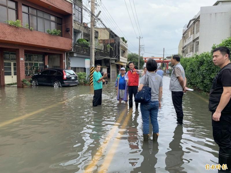 新竹市長林智堅第到各地勘災。(記者洪美秀攝)