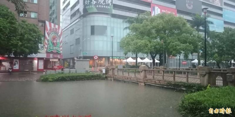 新竹市區各地出現淹水積水情形,幸午後積水已退。(記者洪美秀攝)