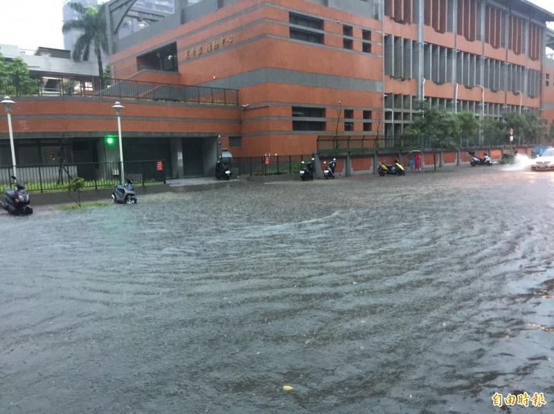 新竹市區各地出現淹水積水情形,幸午後積水已退,市府稅務局也提醒民眾若因豪雨造成災損,可申請相關稅捐減免。(記者洪美秀攝)