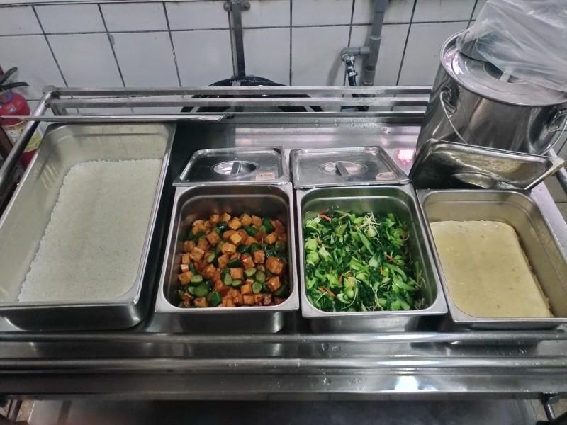 有家長反映,竹南國中營養午餐日前白飯竟飄藥水味,學校說,味道與最近更換的廚房水管塑膠味類似,但仍會把飯菜與水源送驗,進一步釐清。(竹南國中提供)