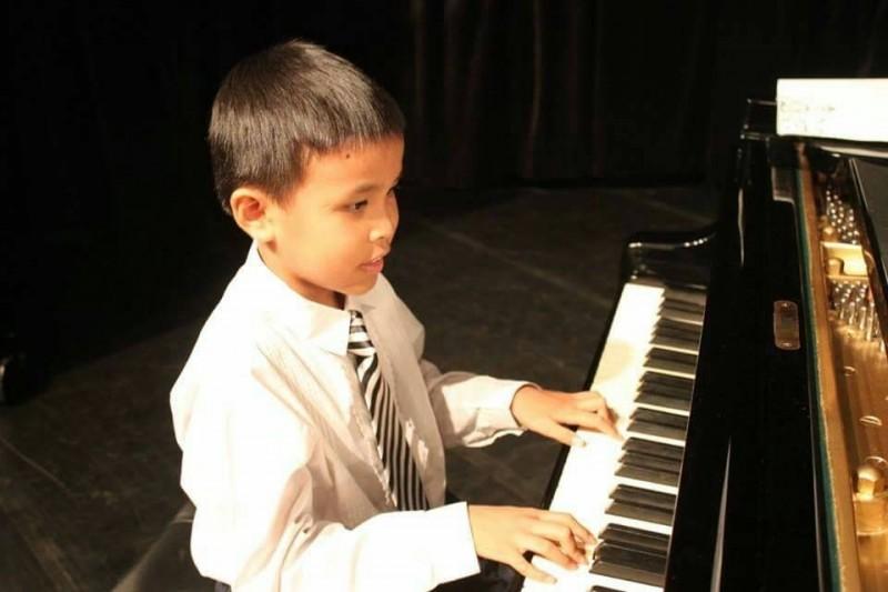 就讀台南市永康區大灣國小的蘇漴瑋是一個全盲生,但他不願意向命運低頭,期望未來可以成為音樂家,透過音樂告訴所有明眼人,他也可以和大家「一樣」,透過音樂散播快樂。(國教署提供)