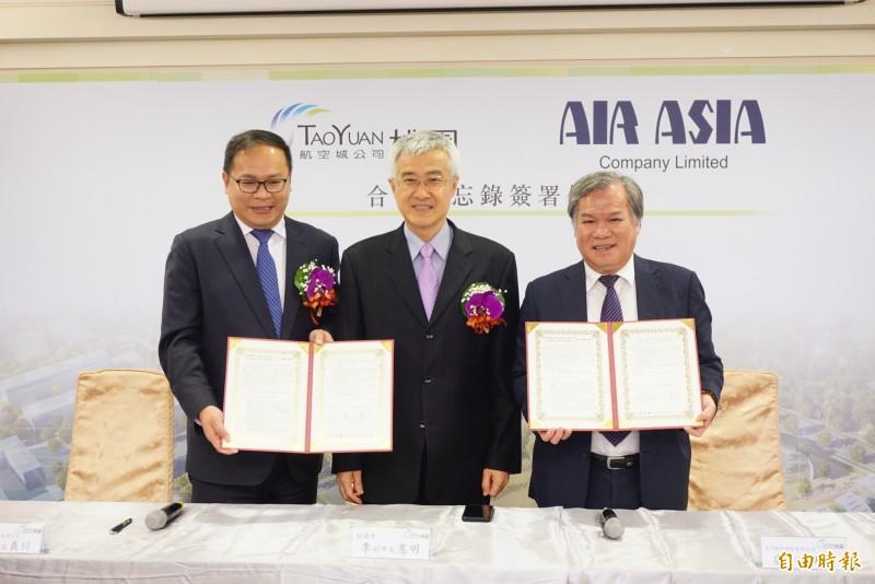 看好航空城開發,亞洲航空公司董事長盧天麟(右一)、航空城公司董事長王義川,簽訂MOU。(記者謝武雄攝)