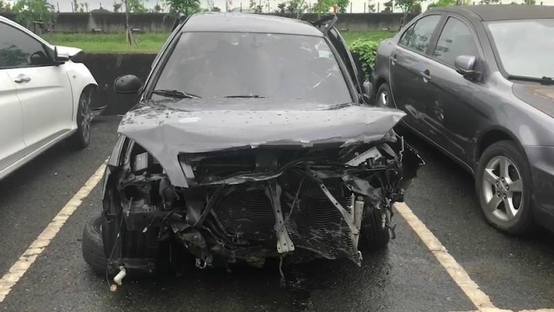 轎車撞上高速公路護欄,車頭嚴重毀損。(記者張聰秋翻攝)
