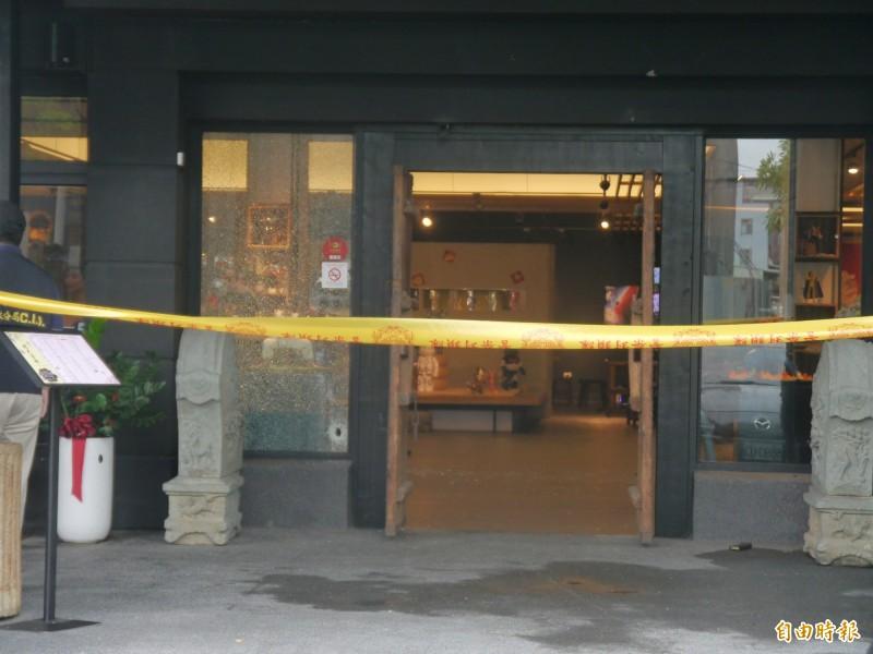 沙鹿茶藝館大門留有彈孔。(記者張軒哲攝)