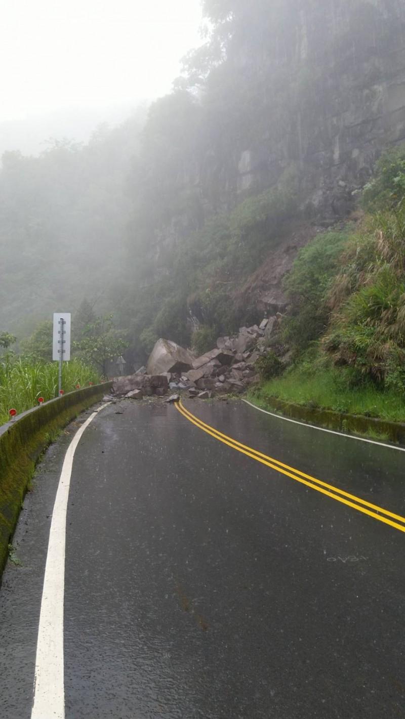 台21線有落石道路中斷。(記者林宜樟翻攝)