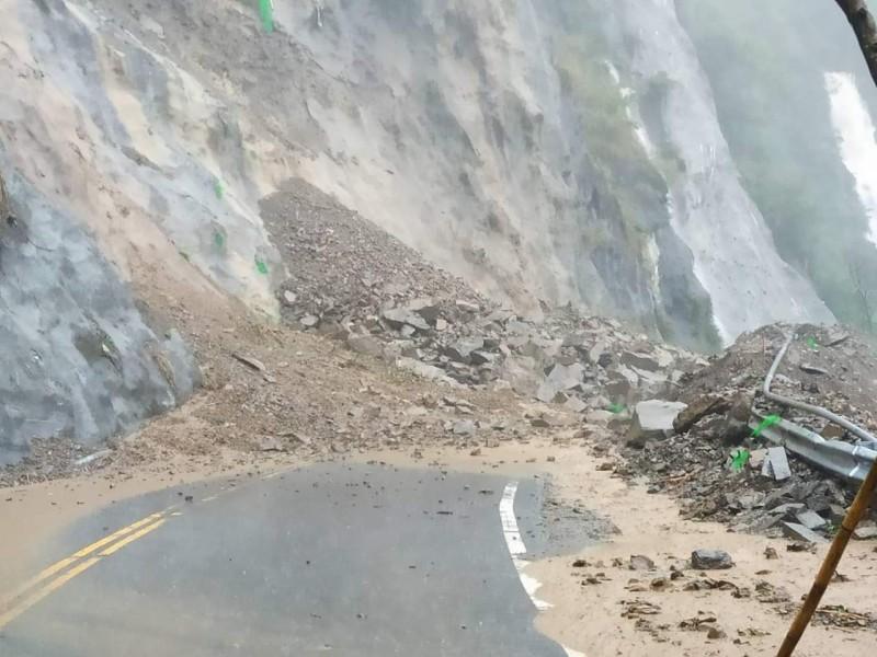 台18線阿里山公路78.3公里處邊坡坍方中斷。(翻攝臉書粉絲團綠豆嘉義人)