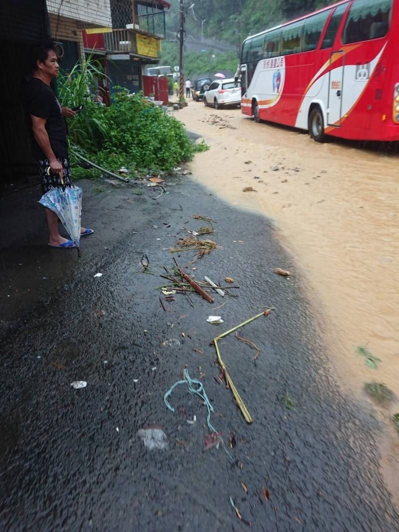 埔里鎮台21線暨大路段土石傾洩至路面,雙向交通受阻。(民眾黃秋田提供)