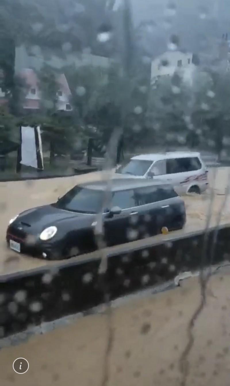 南投縣埔里鎮台14線近國6愛交流道路段嚴重積水,車輛拋錨受困。(記者佟振國翻攝)