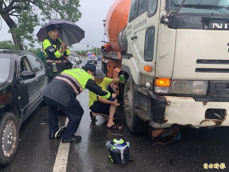 台東市連航路今天下午發生機車與預拌混凝土車擦撞意外。(記者王秀亭攝)